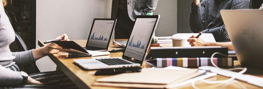 groupe de data analysts en séance de travail